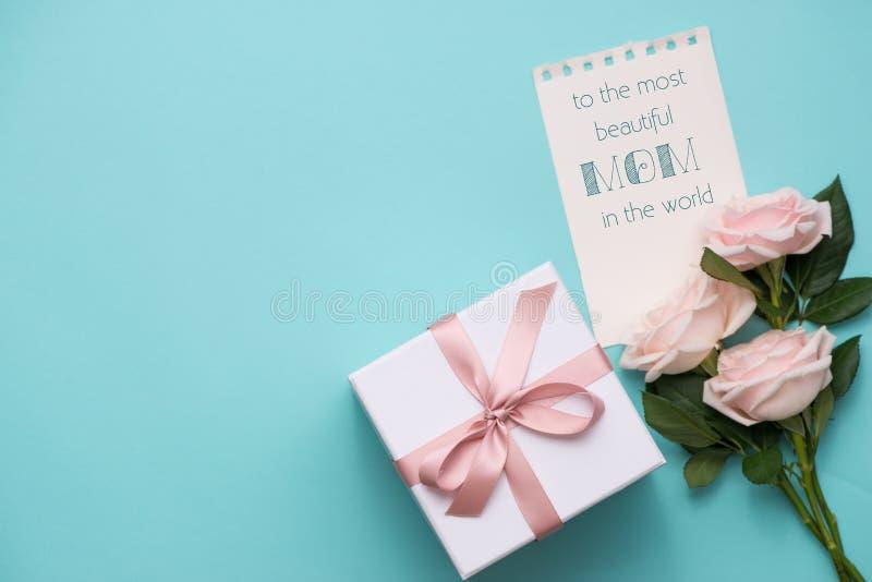 Concept de jour du ` s de mère Bouquet des roses roses avec le boîte-cadeau et le Li image stock