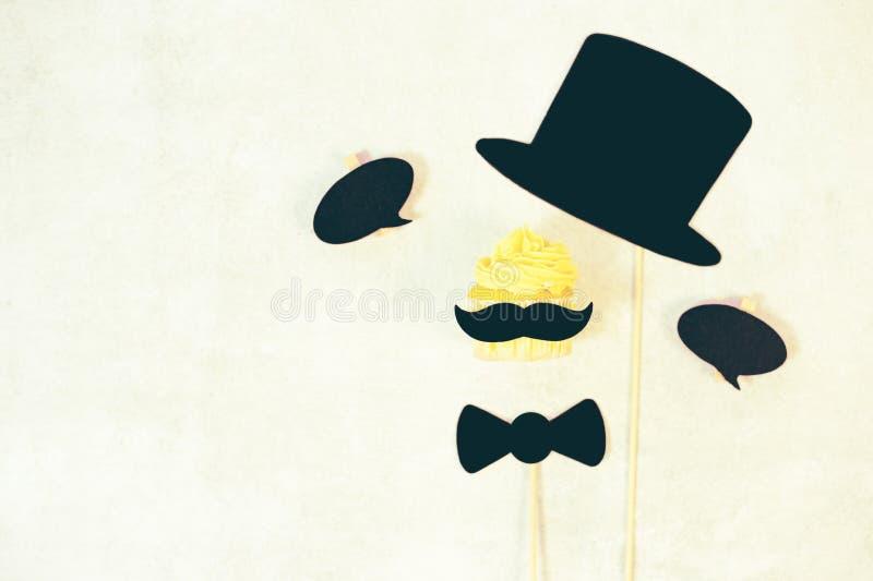 Concept de jour du ` s de p?re moustache dr?le sur le fond bleu photos stock