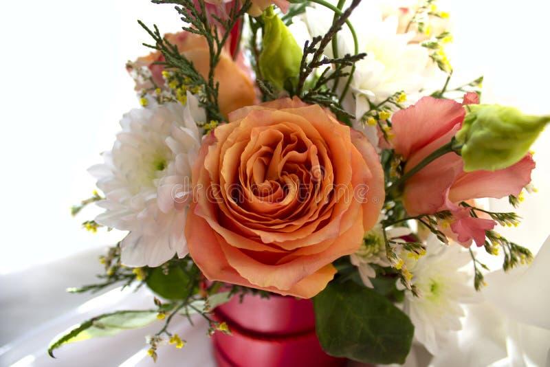 Concept de jour du ` s de Valentine Beau bouquet des fleurs avec le signe de forme de coeur images stock