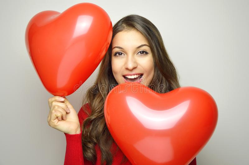 Concept de jour du ` s de Valentine Belle fille avec les ballons en forme de coeur sur le fond gris photographie stock libre de droits