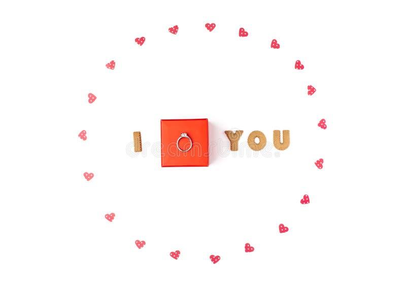 Concept de jour du ` s de Valentine Déclaration de l'amour, cadre fait de coeurs de papier Dans le boîte-cadeau rouge central ave photographie stock