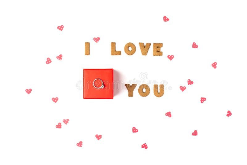 Concept de jour du ` s de Valentine Déclaration de l'amour Dans le boîte-cadeau rouge central avec l'anneau Configuration plate,  photos stock