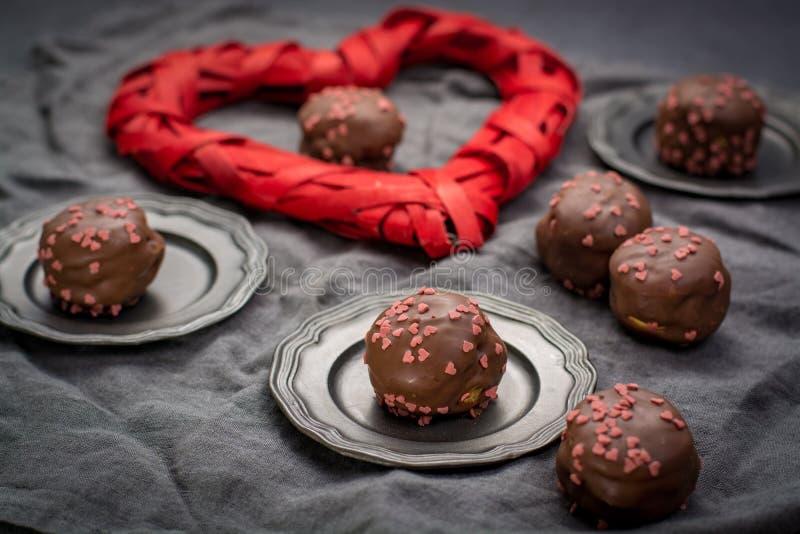 Concept de jour du ` s de Valentine, profiteroles de chocolat avec les coeurs roses images stock