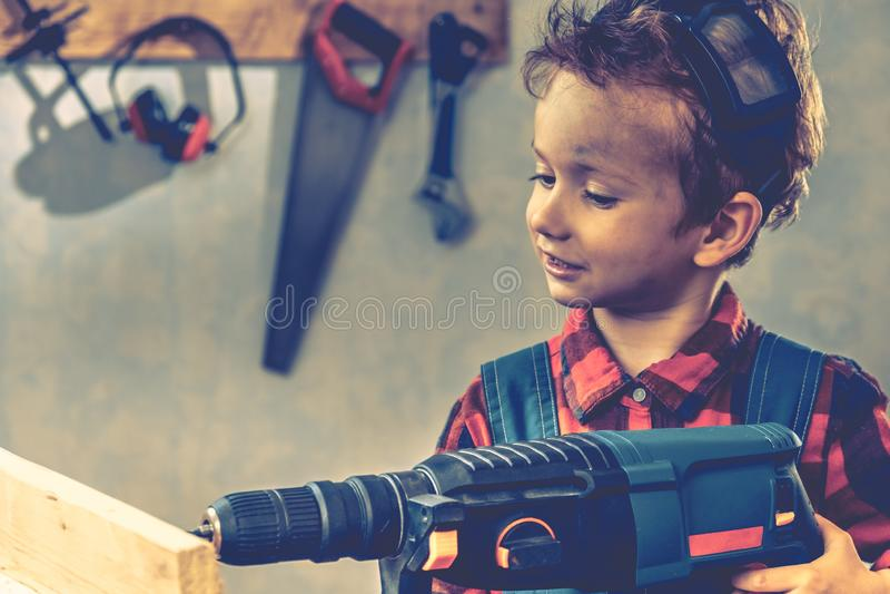 Concept de jour de pères d'enfant, outil de charpentier, métier de garçon photographie stock