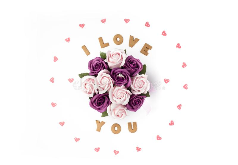 Concept de jour de Valentines Déclaration de l'amour, cadre fait de coeurs de papier En fleurs centrales dans une boîte La bague  images stock