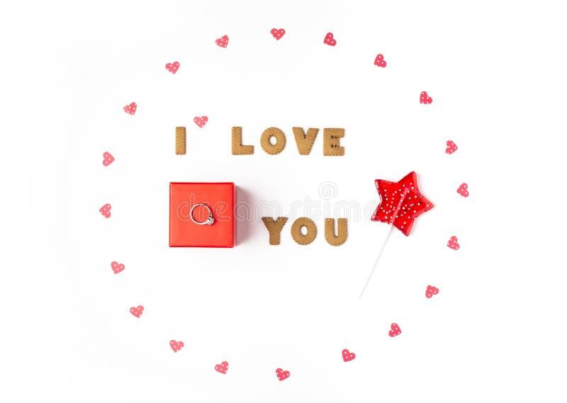 Concept de jour de Valentines Déclaration de l'amour, cadre fait de coeurs de papier, lucette Dans le boîte-cadeau rouge central  photographie stock libre de droits