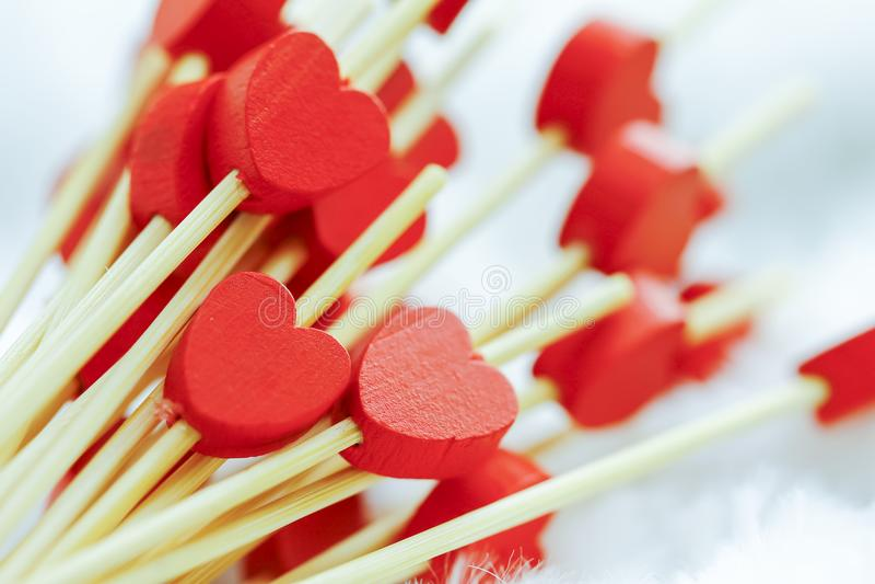 Concept de jour de Valentines mini coeurs rouges en bois sur le backgr velouté photos stock