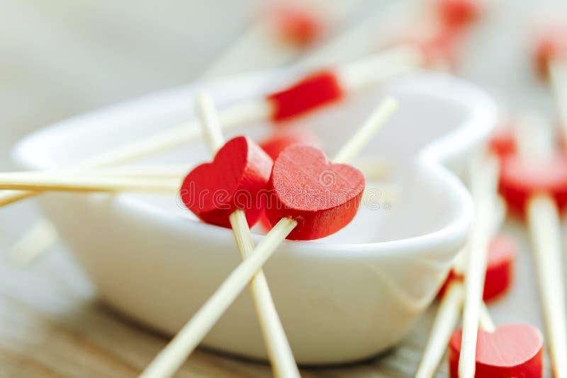 Concept de jour de Valentines mini coeurs rouges en bois sur le Cu blanc de coeur photos libres de droits