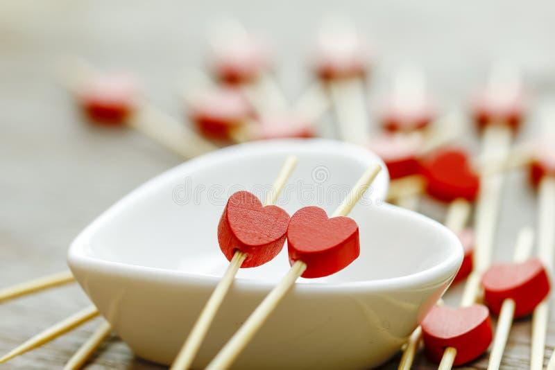 Concept de jour de Valentines mini coeurs rouges en bois sur le Cu blanc de coeur photo stock