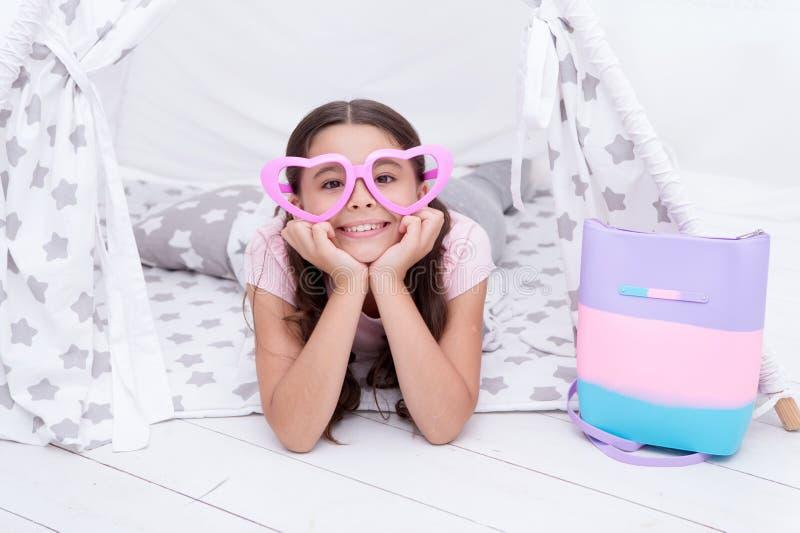 Concept de jour de Valentines Sourire d'enfant en verres de forme de coeur pour le jour de valentines Petite fille souriant sur l photo stock