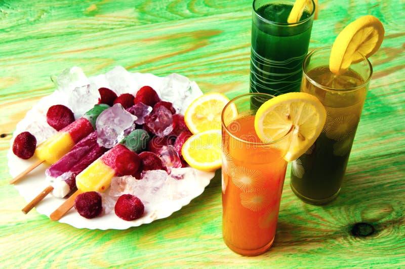 Concept de jus de fruit et de crème glacée sur le fond abstrait photographie stock