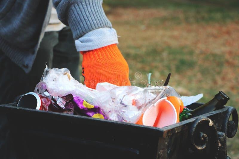 Concept de l'écologie et protection de la planète contre des débris Le volontaire nettoie des déchets en parc et les jette dans l image libre de droits