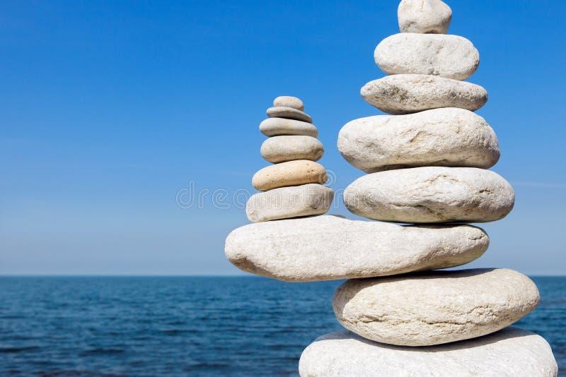 Concept de l'équilibre et de l'harmonie Le blanc bascule le zen sur la mer images stock