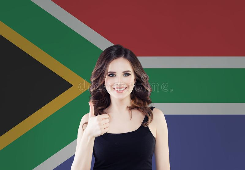 Concept de l'Afrique du Sud avec la femme heureuse sur le fond de drapeau de l'Afrique du Sud images stock