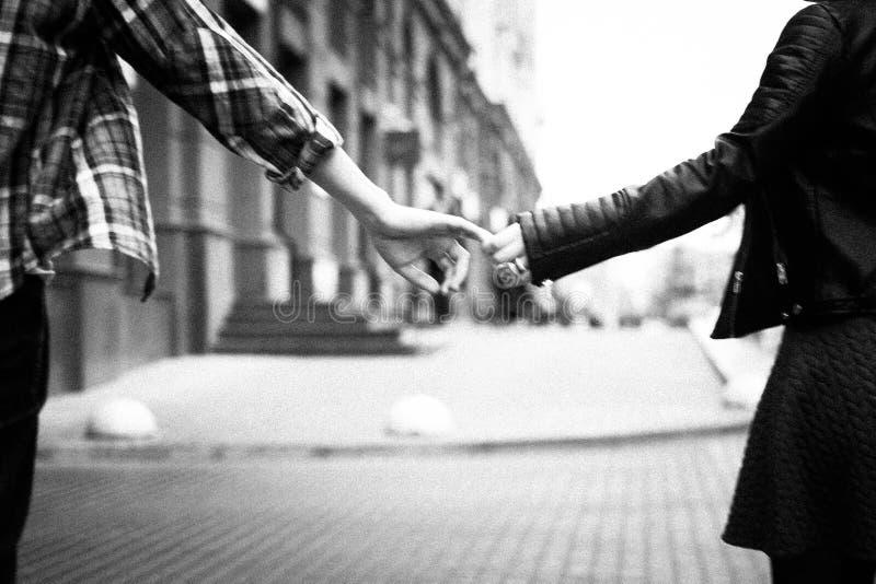 Concept de l'amour : le couple tient les mains de chacun Photo noire et blanche dans le rétro style photographie stock libre de droits