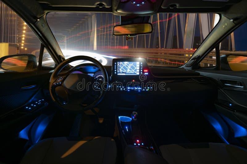 Concept de l'habitacle d'une conduite autonome à la défectuosité de nuit photos stock