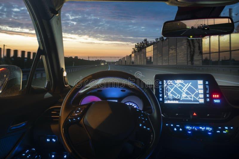 Concept de l'habitacle d'une conduite autonome la nuit image stock