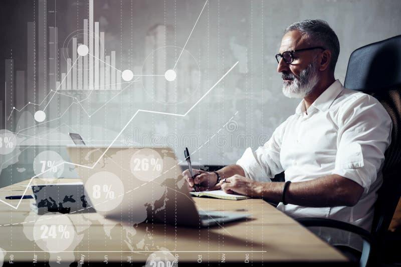 Concept de l'homme d'affaires barbu adulte recherchant de grandes solutions des affaires dans le lieu de travail moderne Icône vi photo stock
