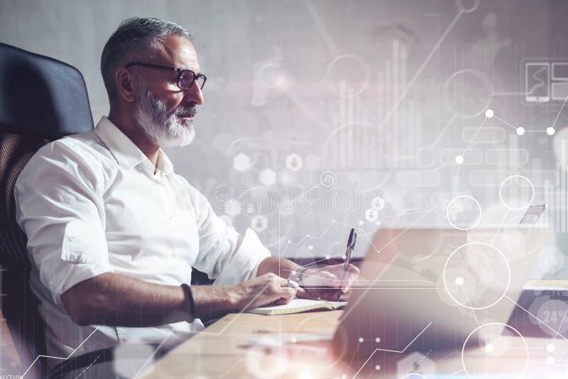Concept de l'homme d'affaires barbu adulte recherchant de grandes solutions des affaires dans le lieu de travail moderne Icône vi images libres de droits