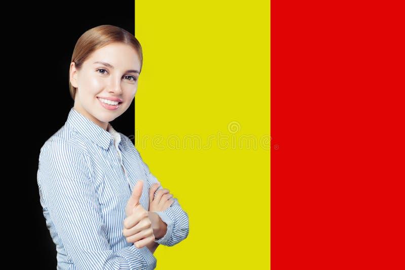 Concept de la Belgique d'amour Fille heureuse avec le drapeau belge Concept de voyage ou d'étudiant photos libres de droits