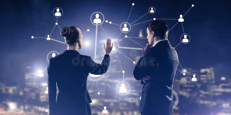 Concept de la connexion et de la mise en réseau sociales contre la ville v de nuit photos stock