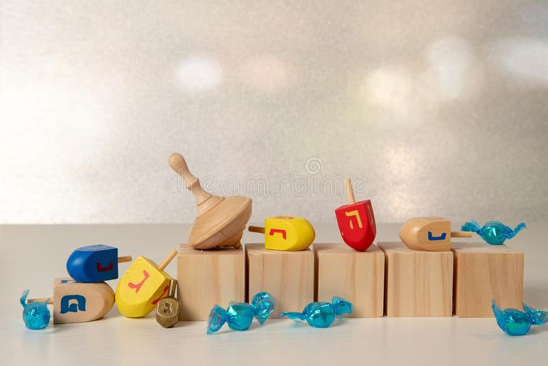 concept de la fête religieuse juive hanoukkah avec des jouets en bois en peluche & x28;dreidel & x29;, des cubes à écrire et des  photographie stock libre de droits