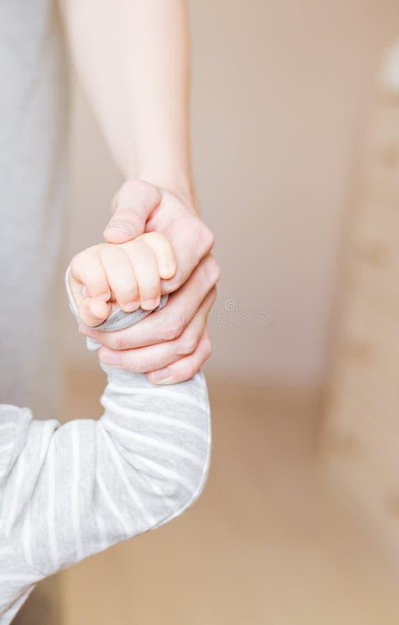 Concept de la famille d'amour et Mains de mère avec le plan rapproché de bébé image libre de droits