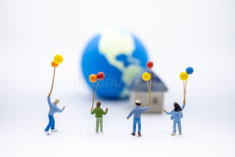 Concept de la famille d'enfant et Fermez-vous du chiffre miniature d'enfants de groupe jouant et tenant le ballon coloré sur le m photo libre de droits