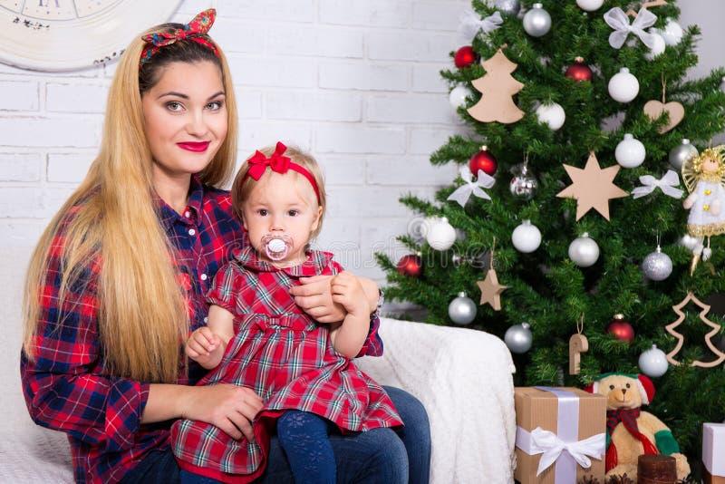 Concept de la famille de Noël et - jeune femme avec la fille et décembre photos libres de droits