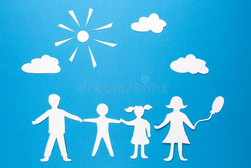Concept de la famille heureux L'origami de papier engendre, enfante, fils et fille tenant des mains Santé d'assurance de famille  images libres de droits