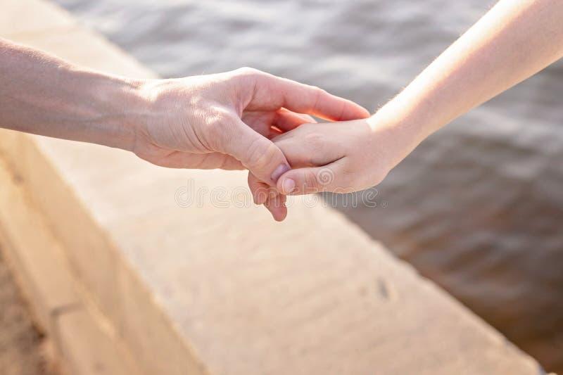 Concept de la famille heureux La maman tient sa main du ` s de fille images stock