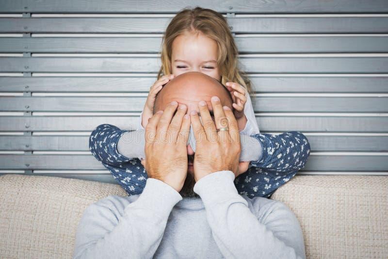 Concept de la famille heureux, père et portrait de fille photo libre de droits