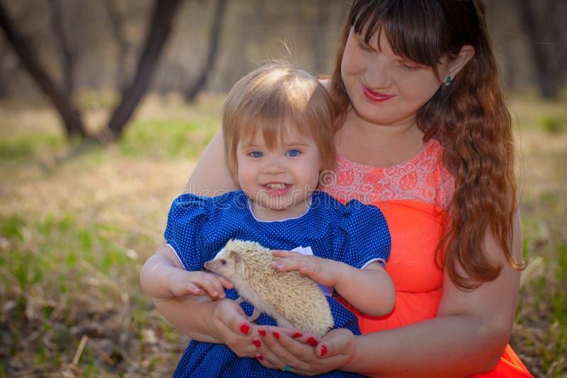 Concept de la famille La maman et la fille jouent avec un h?risson photos stock