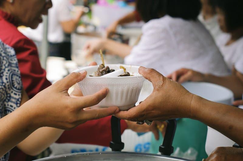 Concept de la famine et de l'inégalité sociale : Nourriture libre pour la distribution pauvre et de produits alimentaires : Parta images libres de droits