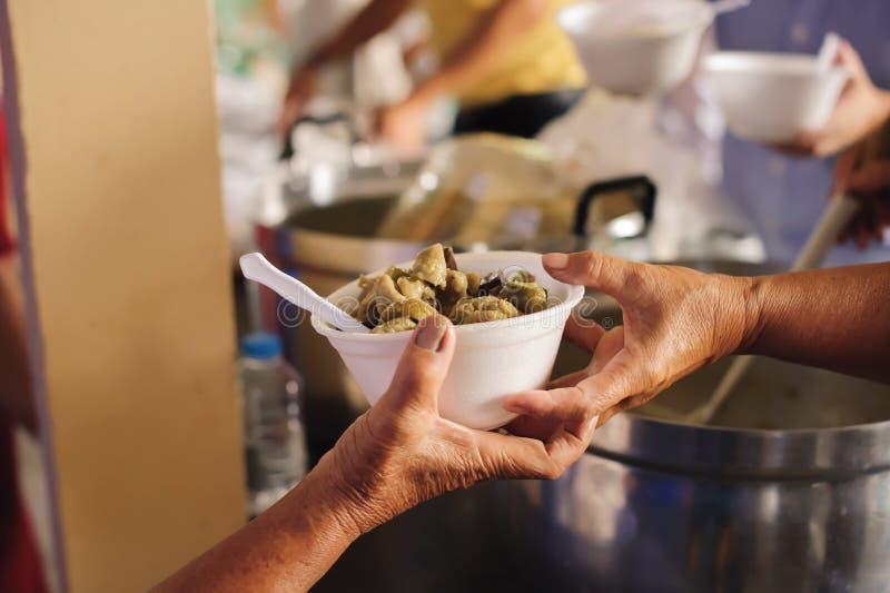 Concept de la famine et de l'inégalité sociale : Nourriture libre pour la distribution pauvre et de produits alimentaires : Parta photo libre de droits