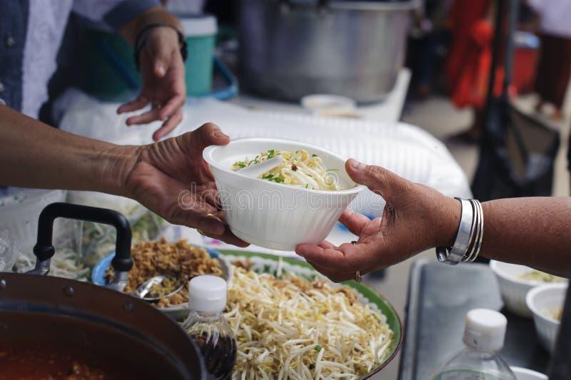 Concept de la famine et de l'inégalité sociale : Nourriture libre pour la distribution pauvre et de produits alimentaires : Parta photos libres de droits
