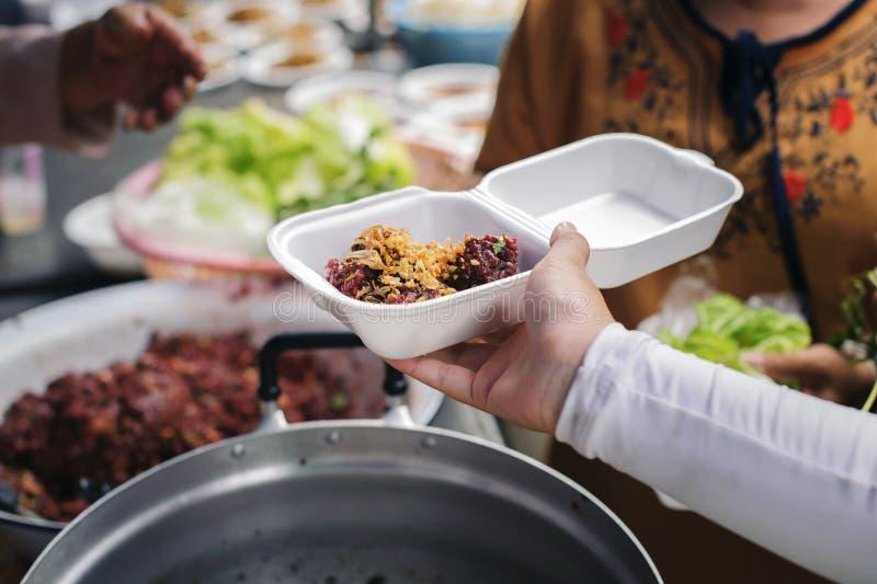 Concept de la famine et de l'inégalité sociale : Nourriture libre pour la distribution pauvre et de produits alimentaires : Parta photo stock