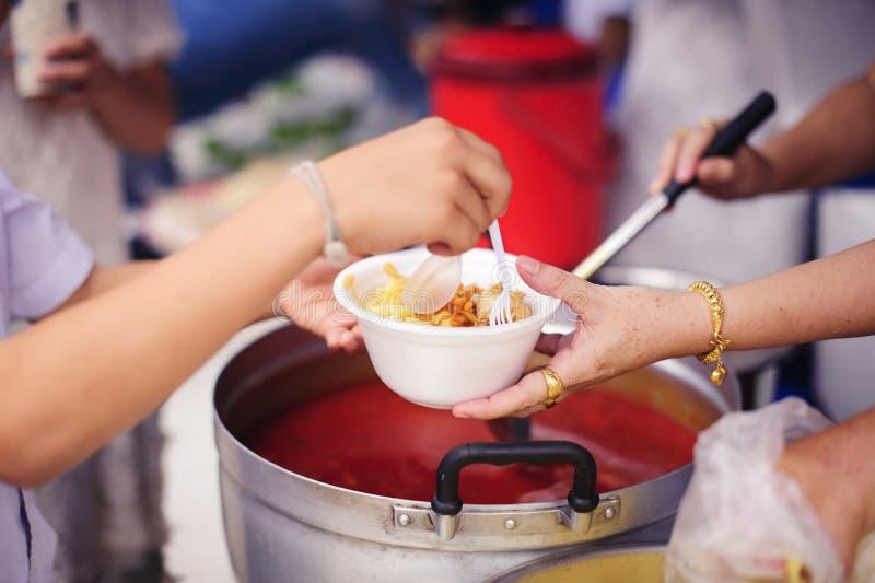 Concept de la famine et de l'inégalité sociale : Nourriture libre pour la distribution pauvre et de produits alimentaires : Parta photographie stock