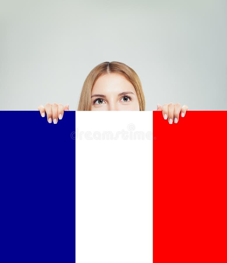 Concept de la France avec la femme heureuse montrant le drapeau français Voyage en France et la langue fran?aise d'?tude image stock