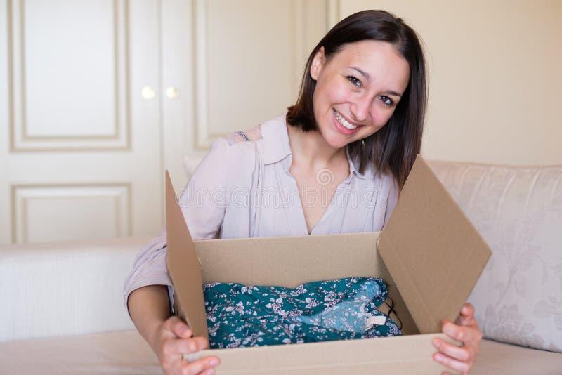 Concept de la livraison et expédition et service postal photos stock
