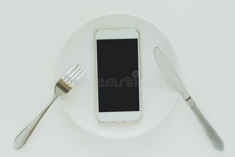 Concept de la livraison de nourriture Vue supérieure sur le smartphone s'étendant sur le plat photo stock