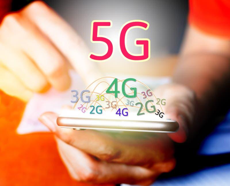 concept de la mise en réseau 5G Homme d'affaires utilisant le téléphone et le touchin futés images stock