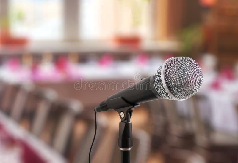 Concept de la parole ou de conférence Microphone sur le support devant l'assistance images stock