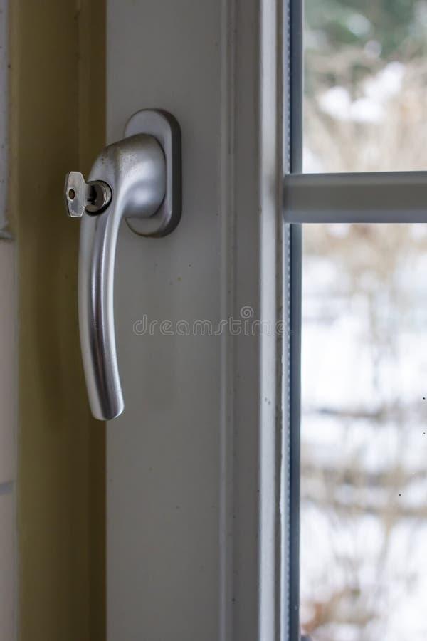Concept de la sécurité de l'enfant, protection de l'enfant contre la chute hors de la fenêtre Sur la poignée de fenêtre fermée de images stock
