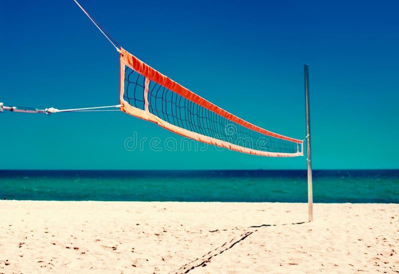 Concept de la vie de plage d'été - filet de volleyball et plage vide Mer photos stock