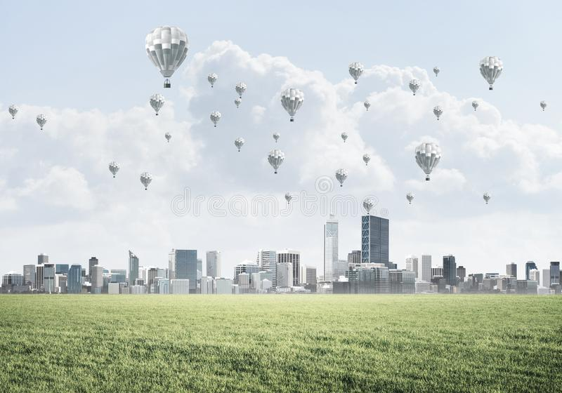 Concept de la vie de vert d'eco avec des aérostats volant au-dessus de la ville photos libres de droits