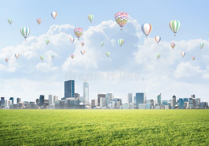 Concept de la vie de vert d'eco avec des aérostats volant au-dessus de la ville photo libre de droits