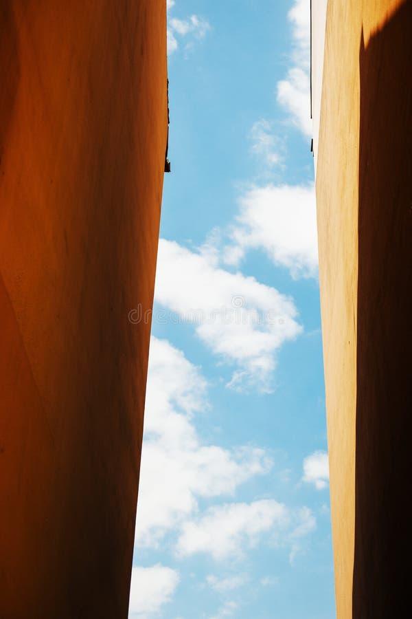 Concept de liberté avec le ciel clair de blblue entre les murs photo stock