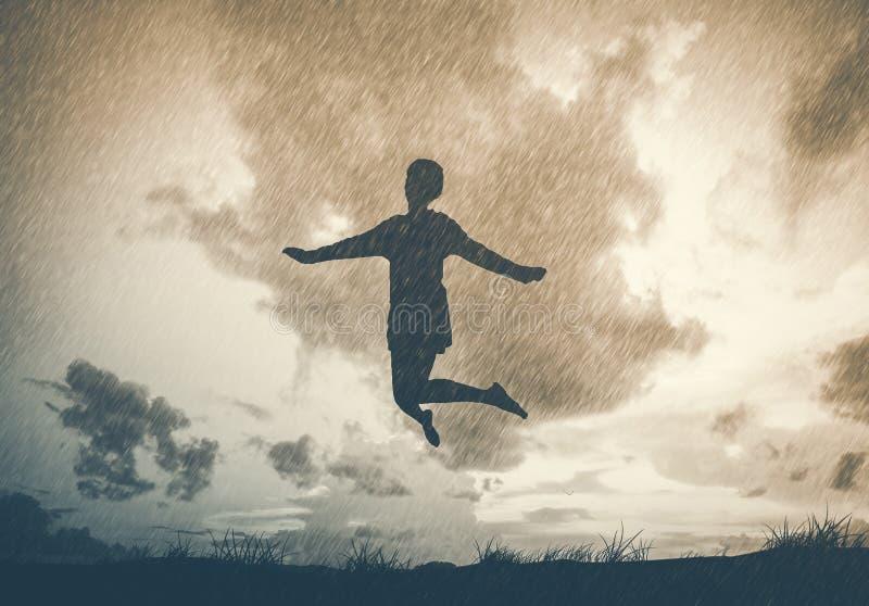 Concept de liberté et de plaisir - sauter heureux de dame, dansant avec images libres de droits
