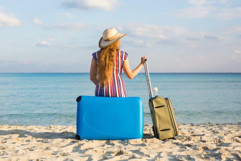 Concept de liberté, de voyage, de vacances et d'été - la femme de voyageur avec des valises soutiennent la vue photos stock